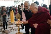 Его Святейшество Далай-лама возжигает лампаду с символом фонда «Видьялока» в начале первого дня учений. Нью-Дели, Индия. 3 февраля 2017 г. Фото: Тензин Чойджор (офис ЕСДЛ)