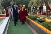 Его Святейшество Далай-лама прощается со слушателями по завершении первого дня учений, организованных по просьбе фонда «Видьялока». Нью-Дели, Индия. 3 февраля 2017 г. Фото: Тензин Чойджор (офис ЕСДЛ)