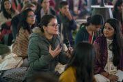 Одна из слушательниц задает вопрос Его Святейшеству Далай-ламе в ходе первого дня учений, организованных по просьбе фонда «Видьялока». Нью-Дели, Индия. 3 февраля 2017 г. Фото: Тензин Чойджор (офис ЕСДЛ)