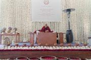 Его Святейшество Далай-лама обращается к собравшимся во время второго дня учений, организованных по просьбе фонда «Видьялока». Нью-Дели, Индия. 4 февраля 2017 г. Фото: Тензин Чойджор (офис ЕСДЛ)