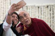 Его Святейшество Далай-лама фотографируется с одной из слушательниц в ходе перерыва между сессиями учений, организованных по просьбе фонда «Видьялока». Нью-Дели, Индия. 4 февраля 2017 г. Фото: Тензин Чойджор (офис ЕСДЛ)