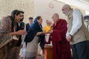 Его Святейшество Далай-лама преподносит статуэтку Будды в дар госпоже Анальджит Сингх и членам ее семьи, выступившей организатором учений. Нью-Дели, Индия. 4 февраля 2017 г. Фото: Тензин Чойджор (офис ЕСДЛ)