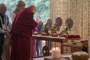 Его Святейшество Далай-лама рассматривает статуэтки буддийских и индуистских божеств в начале второго дня учений, организованных по просьбе фонда «Видьялока». Нью-Дели, Индия. 4 февраля 2017 г. Фото: Тензин Чойджор (офис ЕСДЛ)
