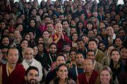 Его Святейшество Далай-лама фотографируется со слушателями по завершении учений, дарованных по просьбе фонда «Видьялока». Нью-Дели, Индия. 4 февраля 2017 г. Фото: Тензин Чойджор (офис ЕСДЛ)