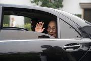 Его Святейшество Далай-лама машет своим почитателям рукой на прощание по завершении учений, дарованных по просьбе фонда «Видьялока». Нью-Дели, Индия. 4 февраля 2017 г. Фото: Тензин Чойджор (офис ЕСДЛ)