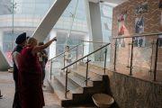Его Святейшество Далай-лама рассматривает свои ранние фотографии по прибытии на стадион «Талкатора». Нью-Дели, Индия. 5 февраля 2017 г. Фото: Тензин Чойджор (офис ЕСДЛ)