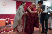 Его Святейшество Далай-лама совместно с меценатами фонда «Видьялока» Аналджитом Сингхом и его супругой возжигает лампаду с символом фонда перед началом публичной лекции на стадионе «Талкатора». Нью-Дели, Индия. 5 февраля 2017 г. Фото: Тензин Чойджор (офис ЕСДЛ)