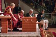 Вир Сингх зачитывает Его Святейшеству Далай-ламе вопросы слушателей в ходе  публичной лекции «Возрождение древней индийской мудрости в современной Индии», организованной по просьбе фонда «Видьялока». Нью-Дели, Индия. 5 февраля 2017 г. Фото: Тензин Чойджор (офис ЕСДЛ)
