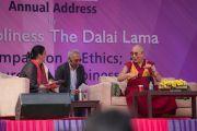 Его Святейшество Далай-лама отвечает на вопросы школьников во время лекции в монастыре Иисуса и Марии. Нью-Дели, Индия. 6 февраля 2017 г. Фото: Тензин Чойджор (офис ЕСДЛ)