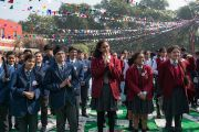 Ученики из 80 школ приветствуют Его Святейшество Далай-ламу, прибывшего в монастырь Иисуса и Марии, чтобы прочитать лекцию о сострадании и нравственности. Нью-Дели, Индия. 6 февраля 2017 г. Фото: Тензин Чойджор (офис ЕСДЛ)