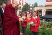 Его Святейшество Далай-лама приветствует школьниц по прибытии в монастырь Иисуса и Марии. Нью-Дели, Индия. 6 февраля 2017 г. Фото: Тензин Чойджор (офис ЕСДЛ)