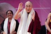 Его Святейшество Далай-лама машет школьникам рукой на прощание по завершении лекции в монастыре Иисуса и Марии. Нью-Дели, Индия. 6 февраля 2017 г. Фото: Тензин Чойджор (офис ЕСДЛ)