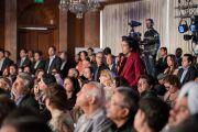 Одна из слушательниц задает вопрос Его Святейшеству Далай-ламе во время его интервью журналисту Шекхару Гупте для серии «Импровизированных бесед». Нью-Дели, Индия. 6 февраля 2017 г. Фото: Тензин Чойджор (офис ЕСДЛ)