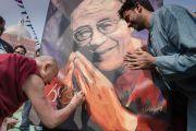 По завершении лекции в монастыре Иисуса и Марии Его Святейшество Далай-лама подписывает свой портрет, нарисованный художником Виласом Наиком. Нью-Дели, Индия. 6 февраля 2017 г. Фото: Тензин Чойджор (офис ЕСДЛ)
