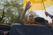 Его Святейшество Далай-лама машет своим почитателям рукой на прощание по завершении лекции в Колледже Иисуса и Марии. Нью-Дели, Индия. 7 февраля 2017 г. Фото: Тензин Чойджор (офис ЕСДЛ)