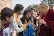 Тибетские девушки, студентки Колледжа Иисуса и Марии, подносят традиционное приветствие Его Святейшеству Далай-ламе. Нью-Дели, Индия. 7 февраля 2017 г. Фото: Тензин Чойджор (офис ЕСДЛ)