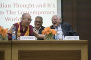 Его Святейшество Далай-лама и вице-адмирал, член Международного фонда Вивекананды господин Наяр во время сессии вопросов и ответов. Нью-Дели, Индия. 8 февраля 2017 г. Фото: Тензин Чойджор (офис ЕСДЛ)