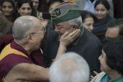 Его Святейшество Далай-лама приветствует одного из членов Международного фонда Вивекананды. Нью-Дели, Индия. 8 февраля 2017 г. Фото: Тензин Чойджор (офис ЕСДЛ)