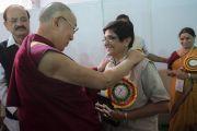 Губернатор Пондичерри Киран Беди приветствует Его Святейшество Далай-ламу, прибывшего на торжественное открытие Национального женского парламента. Амаравати, штат Андра-Прадеш, Индия. 10 февраля 2017 г. Фото: Тензин Чойджор (офис ЕСДЛ)