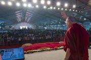 Его Святейшество Далай-лама приветствует более 10,000 участников торжественного открытия Национального женского парламента. Амаравати, штат Андра-Прадеш, Индия. 10 февраля 2017 г. Фото: Тензин Чойджор (офис ЕСДЛ)