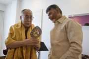 Его Святейшество Далай-лама преподносит подарок главному министру штата Андра-Прадеш Наре Чандрабабу Найду по завершении их встречи в Виджаяваде. Виджаявада, штат Андра-Прадеш, Индия. 10 февраля 2017 г. Фото: Тензин Чойджор (офис ЕСДЛ)