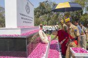 Его Святейшество Далай-лама возлагает венок к памятнику погибшим солдатам во время визита в Национальную полицейскую академию им. Сардара Валлабхаи Пателя. Хайдарабад, штат Телангана, Индия. 11 февраля 2017 года. Фото: Тензин Чойджор (офис ЕСДЛ)