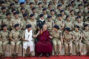 Его Святейшество Далай-лама фотографируется с курсантами по завершении визита в Национальную полицейскую академию им. Сардара Валлабхаи Пателя. Хайдарабад, штат Телангана, Индия. 11 февраля 2017 года. Фото: Тензин Чойджор (офис ЕСДЛ)