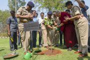 Его Святейшество Далай-лама сажает дерево бодхи на территории Национальной полицейской академии им. Сардара Валлабхаи Пателя. Хайдарабад, штат Телангана, Индия. 11 февраля 2017 года. Фото: Тензин Чойджор (офис ЕСДЛ)