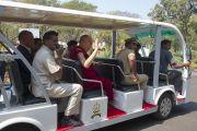 Его Святейшество Далай-лама проезжает на электромобиле по территории Национальной полицейской академии им. Сардара Валлабхаи Пателя. Хайдарабад, штат Телангана, Индия. 11 февраля 2017 года. Фото: Тензин Чойджор (офис ЕСДЛ)