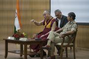 Его Святейшество Далай-лама отвечает на вопросы во время лекции в Национальной полицейской академии им. Сардара Валлабхаи Пателя. Хайдарабад, штат Телангана, Индия. 11 февраля 2017 года. Фото: Тензин Чойджор (офис ЕСДЛ)