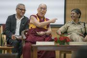Его Святейшество Далай-лама шутит над Аруной Бахугуной, начальником управления полиции, директором Национальной полицейской академии им. Сардара Валлабхаи Пателя. Хайдарабад, штат Телангана, Индия. 11 февраля 2017 года. Фото: Тензин Чойджор (офис ЕСДЛ)