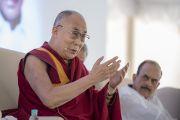 Его Святейшество Далай-лама отвечает на вопросы слушателей во время лекции, организованной по случаю закладки первого камня южно-азиатского отделения «Центра за этику и ценности, ведущие к трансформации». Хайдарабад, штат Телангана, Индия. 12 февраля 2017 года. Фото: Тензин Чойджор (офис ЕСДЛ)