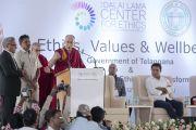 Его Святейшество Далай-лама выступает с лекцией после церемонии закладки первого камня южно-азиатского отделения «Центра за этику и ценности, ведущие к трансформации». Хайдарабад, штат Телангана, Индия. 12 февраля 2017 года. Фото: Тензин Чойджор (офис ЕСДЛ)