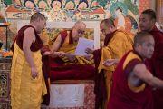 Его Святейшество Далай-лама зачитывает имена только что принявших обеты монахов. Дхарамсала, Индия. 6 марта 2017 г. Фото: Тензин Чойджор (офис ЕСДЛ)
