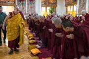 По прибытии в зал собраний Его Святейшество Далай-лама приветствует послушников, готовящихся принять монашеские обеты. Дхарамсала, Индия. 6 марта 2017 г. Фото: Тензин Чойджор (офис ЕСДЛ)