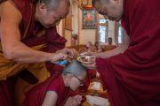 Послушнику срезают последнюю прядь волос во время церемонии принятия монашеских обетов в резиденции Его Святейшества Далай-ламы. Дхарамсала, Индия. 6 марта 2017 г. Фото: Тензин Чойджор (офис ЕСДЛ)
