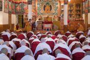 Дээрхийн Гэгээнтэн Далай Лам сахил хүртэх гэж буй лам хуврагуудад айлдвар айлдаж байгаа нь. Энэтхэг, ХП, Дарамсала. 2017.03.06. Гэрэл зургийг Тэнзин Чойжор (ДЛО)