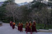 Послушники из разных стран, в том числе из Кореи, Китая и Мексики, направляются в зал собраний резиденции Его Святейшества Далай-ламы на церемонию дарования монашеских обетов. Дхарамсала, Индия. 6 марта 2017 г. Фото: Тензин Чойджор (офис ЕСДЛ)