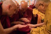 Его Святейшество Далай-лама благословляет одеяния для только что принявших обеты монахов по завершении церемонии, прошедшей в его резиденции в Дхарамсале. Дхарамсала, Индия. 6 марта 2017 г. Фото: Тензин Чойджор (офис ЕСДЛ)