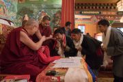 Его Святейшество Далай-лама дарует благословение старшим сотрудникам института Норбулинка. Дхарамсала, Индия. 9 марта 2017 г. Фото: Тензин Чойджор (офис ЕСДЛ)