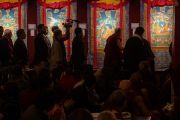 Его Святейшество Далай-лама рассматривает коллекцию традиционных тибетских танок с изображением событий из жизни четырнадцати Далай-лам и их предшественников, созданную художниками института Норбулинка. Дхарамсала, Индия. 9 марта 2017 г. Фото: Тензин Чойджор (офис ЕСДЛ)