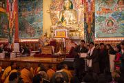 Сикьонг (глава Центральной тибетской администрации) Лобсанг Сенге вручает награды сотрудникам, проработавшим в институте Норбулинка в течение 20 лет. Дхарамсала, Индия. 9 марта 2017 г. Фото: Тензин Чойджор (офис ЕСДЛ)