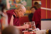 Его Святейшество Далай-лама рассматривает один из томов юбилейного издания Энциклопедии тибетской культуры, выпущенной по случаю 21-й годовщины со дня открытия института Норбулинка. Дхарамсала, Индия. 9 марта 2017 г. Фото: Тензин Чойджор (офис ЕСДЛ)
