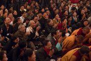 Участники церемонии празднования 21-й годовщины со дня открытия института Норбулинка слушают наставления Его Святейшества Далай-ламы. Дхарамсала, Индия. 9 марта 2017 г. Фото: Тензин Чойджор (офис ЕСДЛ)