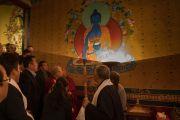 По прибытии в институт Норбулинка Его Святейшество Далай-лама рассматривает настенную роспись с изображением Будды Акшобхьи. Дхарамсала, Индия. 9 марта 2017 г. Фото: Тензин Чойджор (офис ЕСДЛ)
