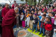Его Святейшество Далай-лама приветствует юных студентов по прибытии на церемонию празднования 21-й годовщины со дня открытия института Норбулинка. Дхарамсала, Индия. 9 марта 2017 г. Фото: Тензин Чойджор (офис ЕСДЛ)