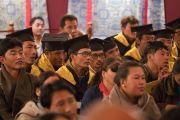 Выпускники Академии тибетской культуры института Норбулинка слушают наставления Его Святейшества Далай-ламы во время церемонии празднования 21-й годовщины со дня открытия института. Дхарамсала, Индия. 9 марта 2017 г. Фото: Тензин Чойджор (офис ЕСДЛ)