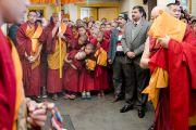 Монахи и миряне ожидают прибытия Его Святейшества Далай-ламы на площадь главного тибетского храма перед началом учений по текстам Джатак, повествований о предыдущих рождениях Будды Шакьямуни. Дхарамсала, Индия. 12 марта 2017 г. Фото: Тензин Чойджор (офис ЕСДЛ)