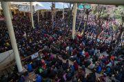 Вид на площадь главного тибетского храма во время учений Его Святейшества Далай-ламы по текстам Джатак, на которые собрались несколько тысяч верующих. Дхарамсала, Индия. 12 марта 2017 г. Фото: Тензин Чойджор (офис ЕСДЛ)