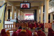 Монахи, расположившиеся на верхней веранде главного тибетского храма, смотрят трансляцию учений Его Святейшества Далай-ламы по текстам Джатак, повествований о предыдущих рождениях Будды Шакьямуни. Дхарамсала, Индия. 12 марта 2017 г. Фото: Тензин Чойджор (офис ЕСДЛ)